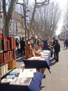 """At the used book fair and the antiques market alike, be sure to say """"Bonjour"""" to the sellers, if you want to get good price — or even a little free gift."""